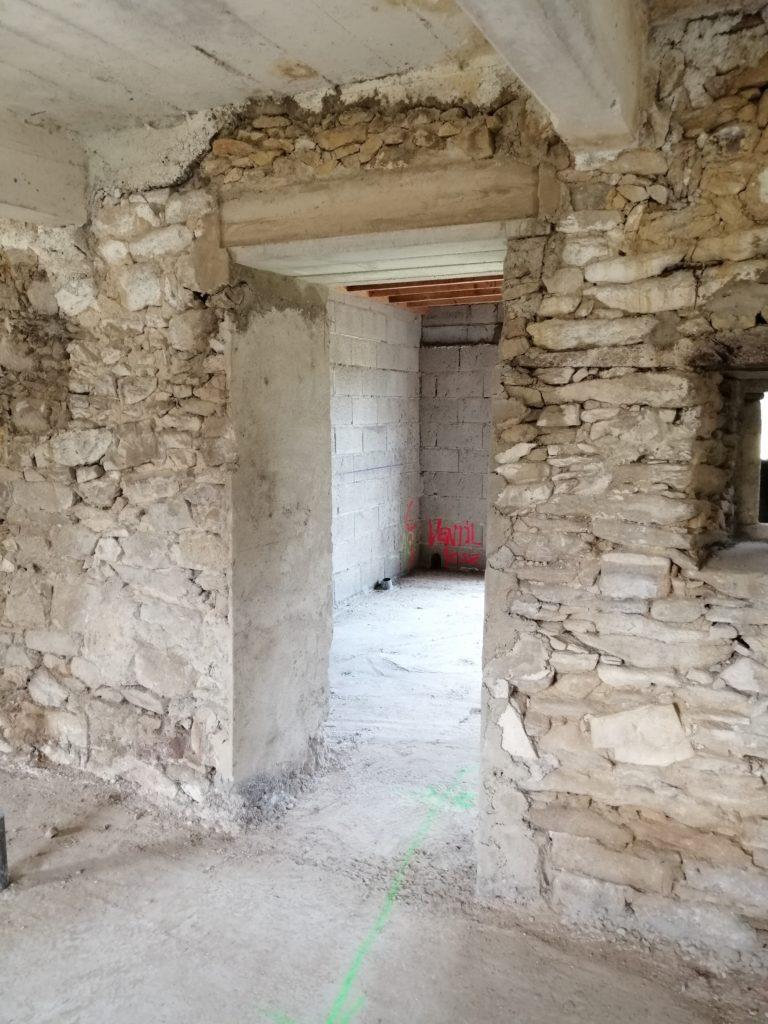 Percement dans un mur de pierre