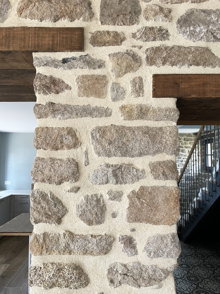 Mur en pierres façonnés à l'ancienne